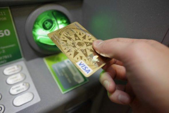 Изображение - Как оплачивать картой в магазине покупки kak-vstavit-bankovskuyu-kartu-v-bankomat-e1502960274327